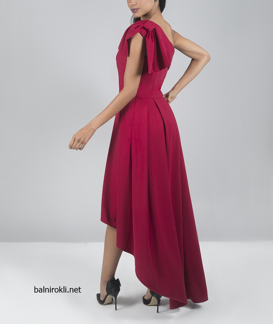 асиметрична червена официална рокля