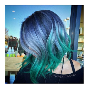 зелена коса със сини киичури- цветна прическа