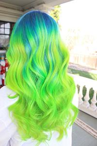 зелена коса -цветна прическа