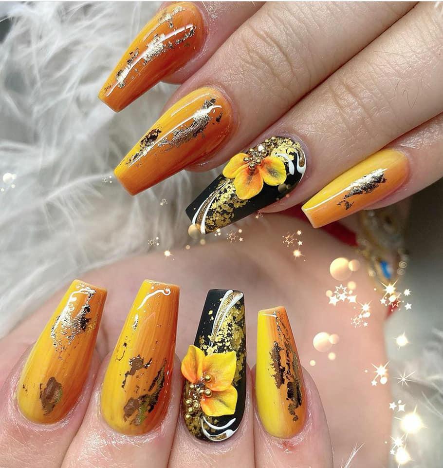 елегантен маникюр с жълто и оранжево цветя 2020