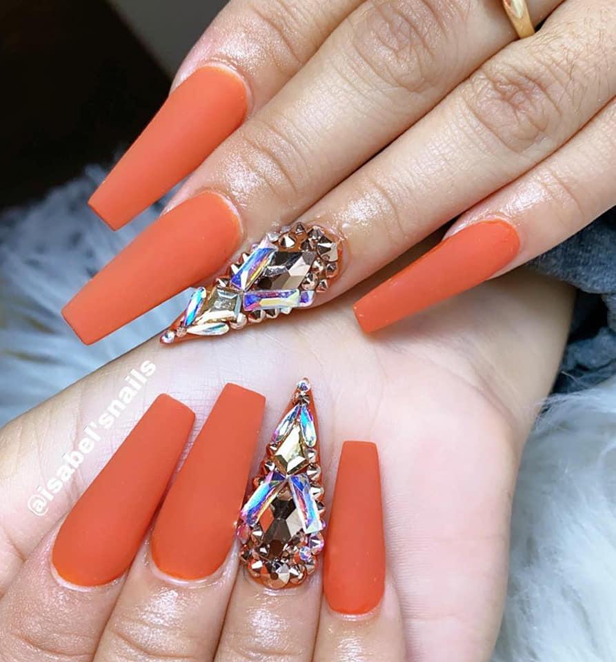 красиви нокти с оранжев лак и кристали