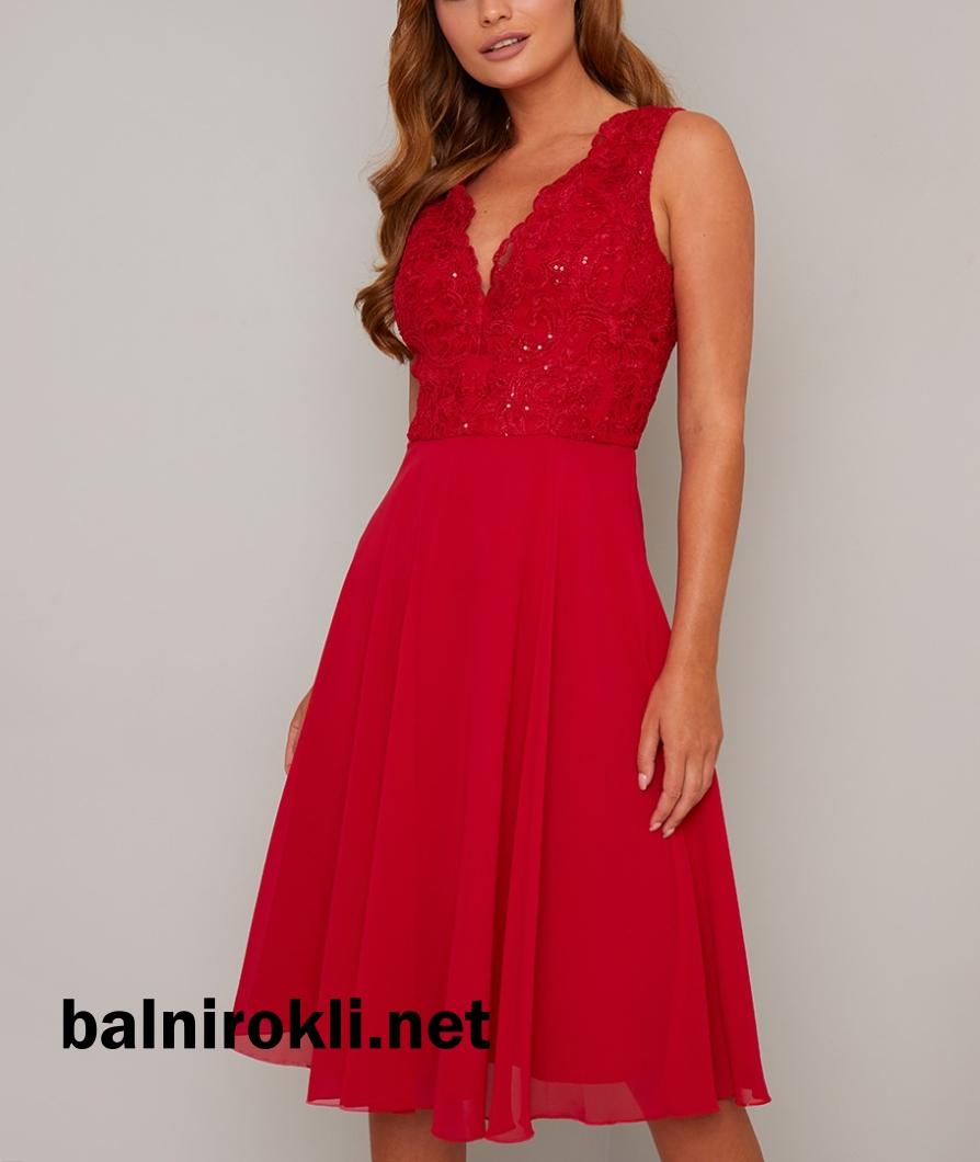 елегантна червена рокля средна дължина