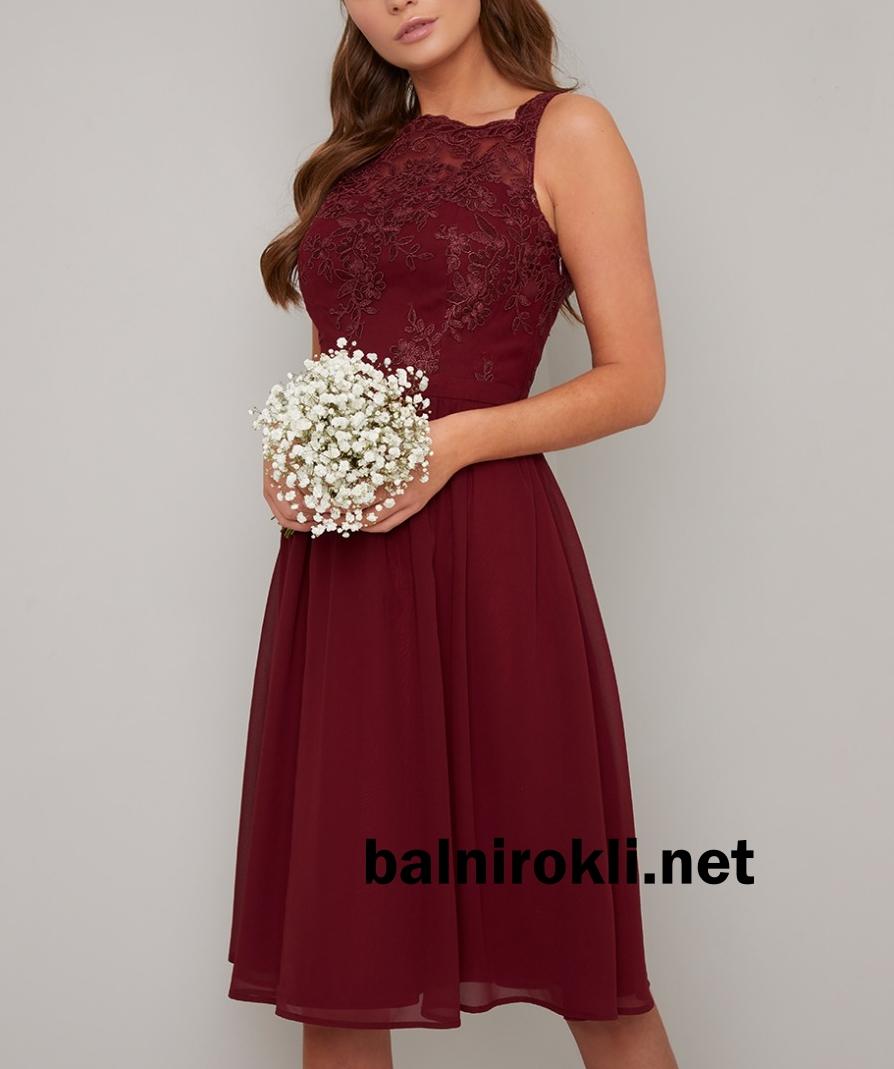 тъмночервена рокля средна дължина