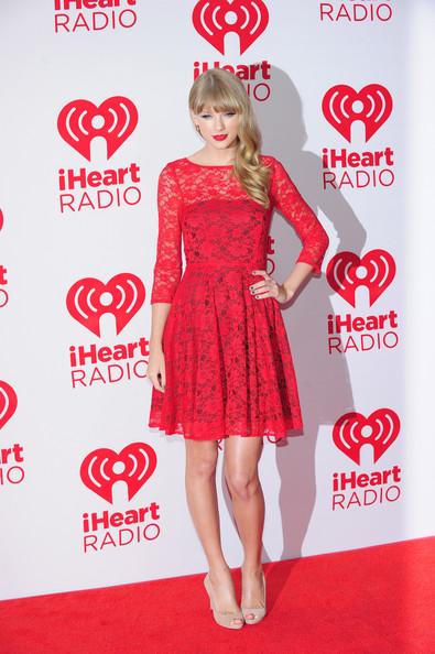 Taylor+Swift+с дантелена червена вечерна рокля