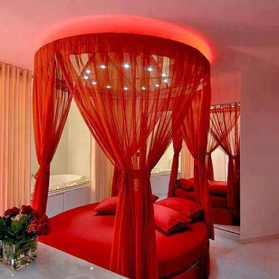 червена кръгла спалня