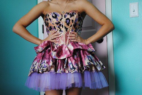 къса бална рокличка