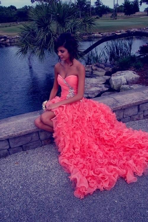 дълга бална рокля волани