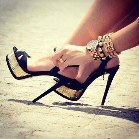 елегантни черни обувки с висок ток