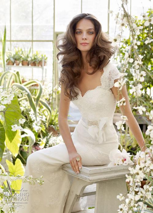 бяла нежна бална рокля