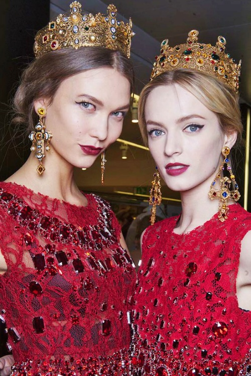 червени бални рокли