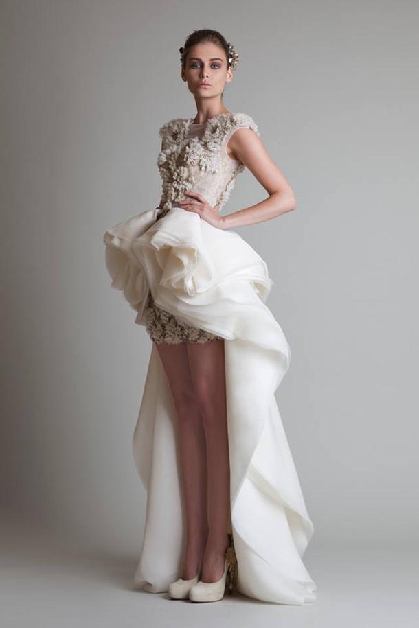 асиметрична бална рокля в бяло
