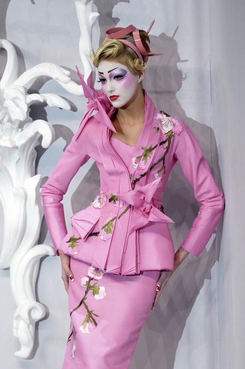 интересен розов официален костюм