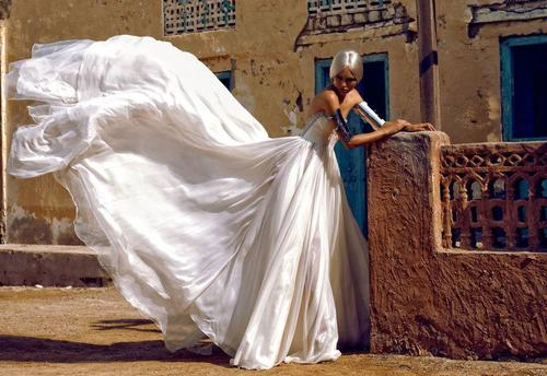 бял ангел в бална рокля