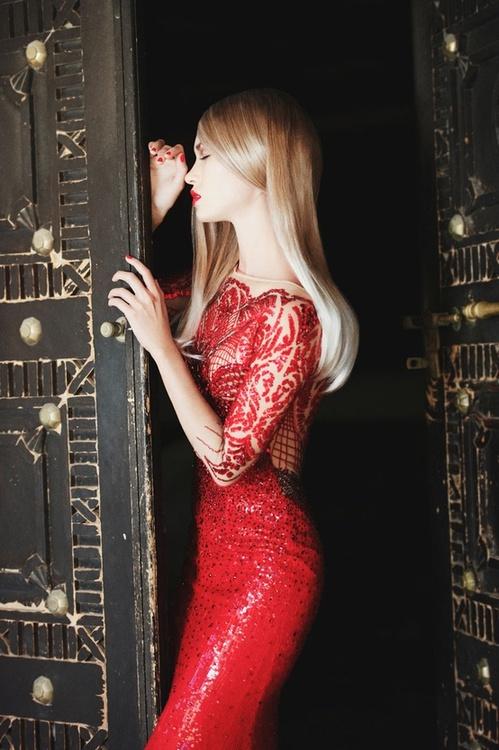 червена рокля дантела