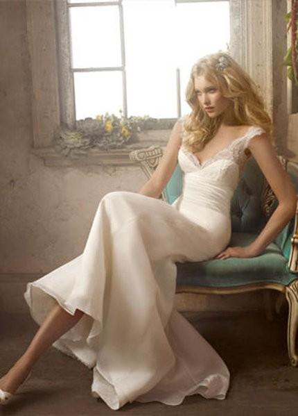 бяла дълга рокля