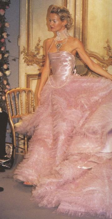 дълга розова рокля
