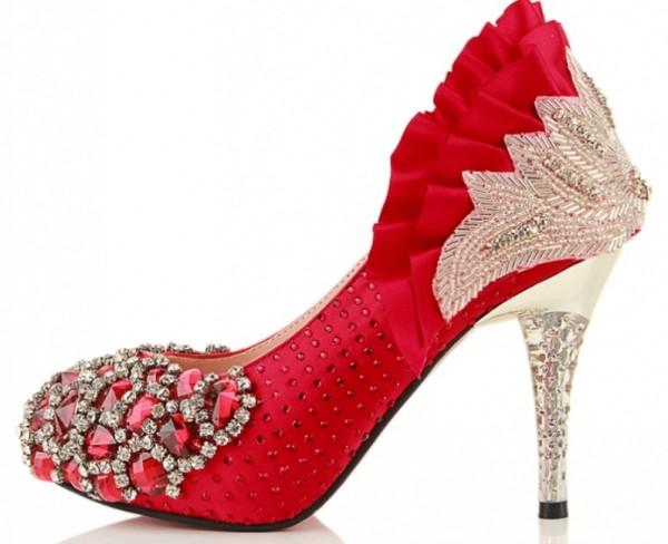 червени елегантни обувки с камъни