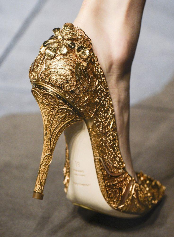 златни бални обувки